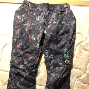 Size XS Oakley snow pants. Worn once